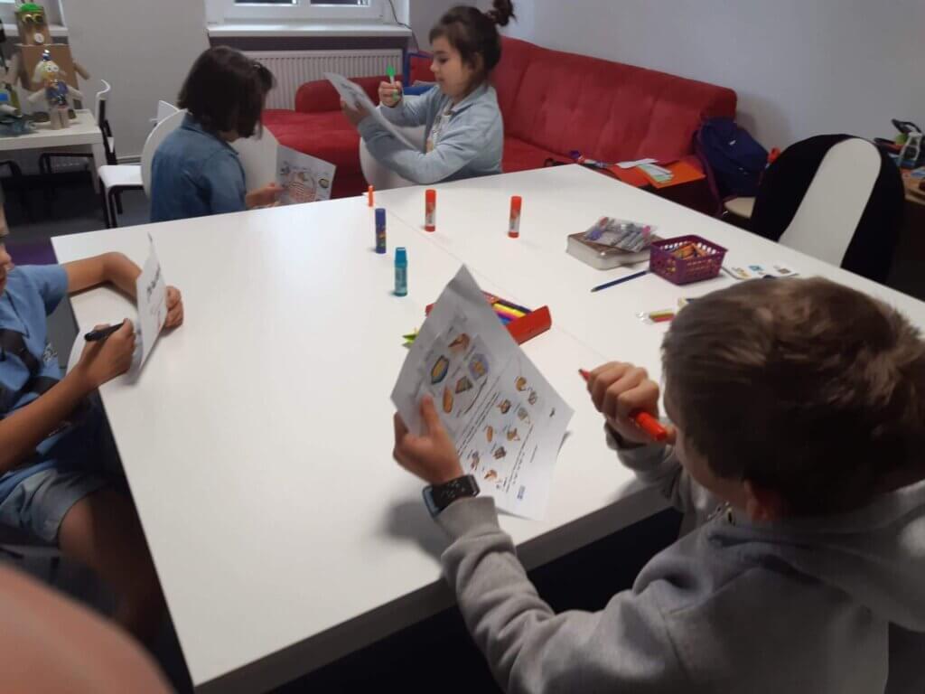 kursy językowe bydgoszcz w trakcie nauki dzieci poznają język poprzez zabawę, gry i dialog z nauczycielem